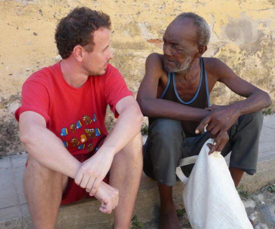 Charla con Gerardo en una calle de Trinidad Cuba