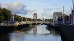 Ha'penny Bridge y la torre de Liberty Hall sede del sindicato SIPTU