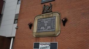 Placa conmemorativa homenaje a los futbolistas del Manchester United que fallecieron en el accidente aéreo de Múnich